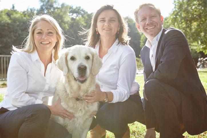 Astrid Fehnemann (GFG), Doris Kuhlmann (Beratung / Verkauf), Steffen Goda (GFG) und Elina, Golden Retriever Hündin. Foto: Dahler & Company
