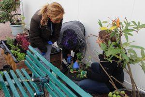 Frauenpower: Alle helfen bei der Gartenarbeit mit. Foto: Ida Wittenberg