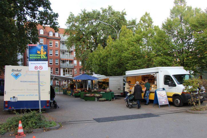 Auf dem Parkplatz neben der U-Bahn Station stellen die Händler ihre Stände auf. Foto: Leo Papenberg