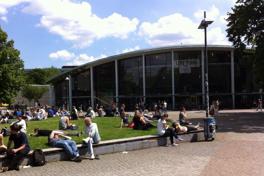 Der Uni-Campus: Im Hintergrund zu sehen ist das Audimax. Mit 1.654 Sitzplätzen ist es der größte Hörsaal der Uni Hamburg. Foto: Tanja Schreiner