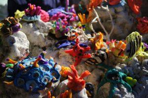 Das Meisterwerk von Anton, Justus, Simon, Joulina und Kristin. Ein riesiges Korallenriff. Foto: Karoline Gebhardt