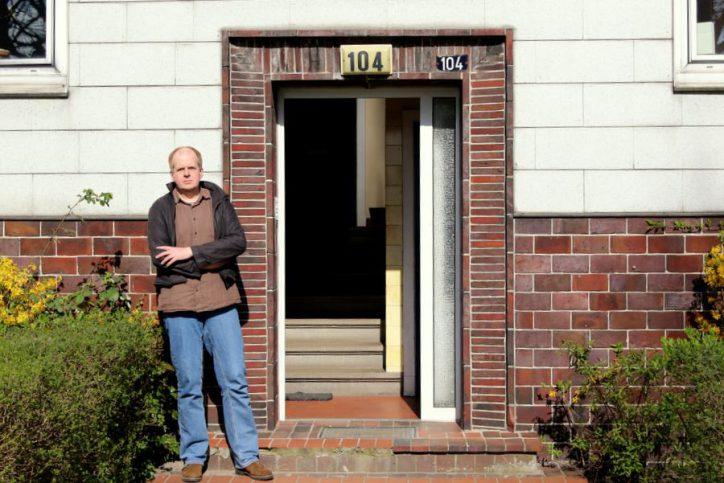 Andreas Imhoff vor seinem ehemaligen Hauseingang an der Hagenbeckstraße 104. Foto: Fabian Hennig