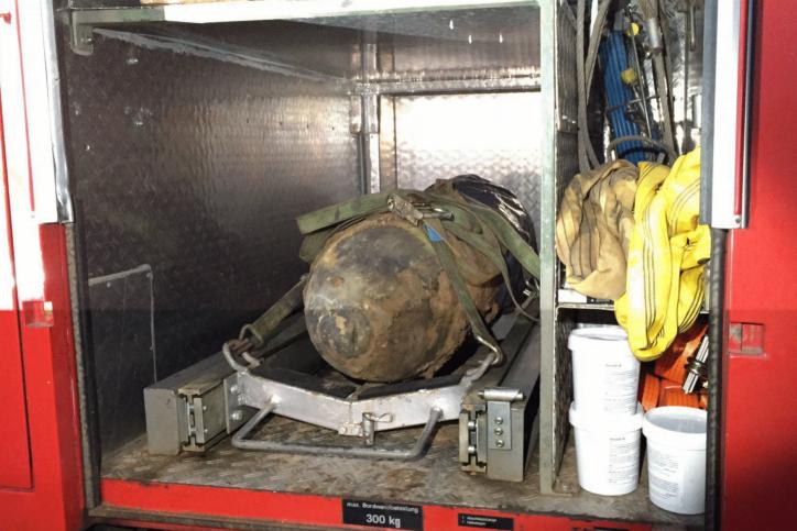 Feuerwehr transportiert die Bombe ab. Foto: Feuerwehr Hamburg