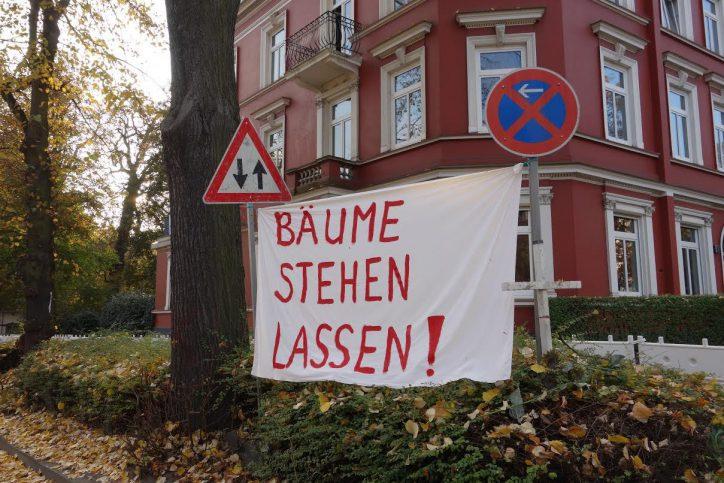 Die Proteste gegen die Baumfällung sind in der Unnastraße deutlich sichtbar. Foto: Jürgen Kahlert