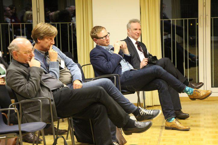 Detlef Erdmann (von links) und Steffen Enfeldt vom Gymnasium Ohmoor sowie der Geschäftsführer des Startups Next Media Generator, Nico Lumma, verfolgen die Podiumsdiskussion. Foto: Matthias Berger