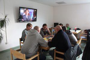 Der Fernsehraum der Tagesaufenthaltsstätte. Hier können Bedürftige Spiele spielen, essen, fernsehen und im Warmen sitzen. Foto Karoline Gebhardt