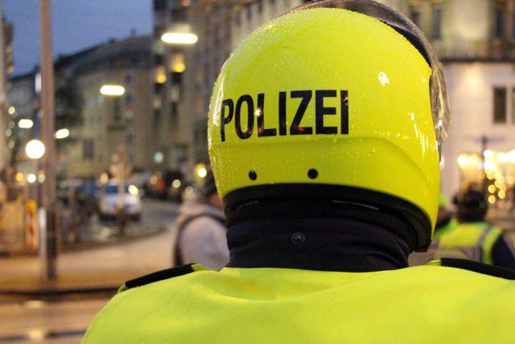 Auch Motorrad-Polizisten stehen bereit, um schnell zum Einsatzort zu kommen. Foto: Niklas Heiden