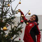 Narjs hat besondere Freude daran die oberen Kugeln von einer Leiter aus aufzuhängen. Foto: Ida Wittenberg