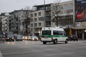 Die Polizeipräsenz ist stark - beinahe in jeder Straße und an jeder Ecke stehen Polizisten oder Streifenwagen. Foto: Karoline Gebhardt