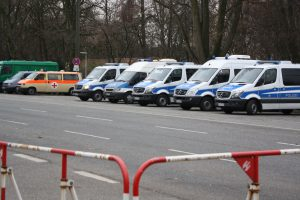 Rund um die Messehallen stehen Streifenwagen bereit, um eventuellen Eskalationen entgegen zu wirken. Foto: Karoline Gebhardt