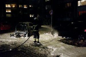 Ein Smart brennt in der Paulinenallee vollständig aus. Foto: Lior Oren