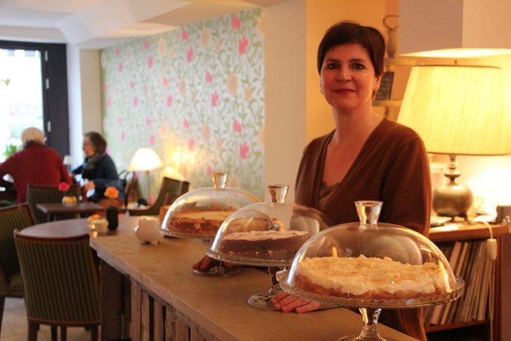 Die leckeren Kuchen und Kekse in Valentinas Backsalon werden frisch von Senioren gebacken. Foto: Carolin Martz