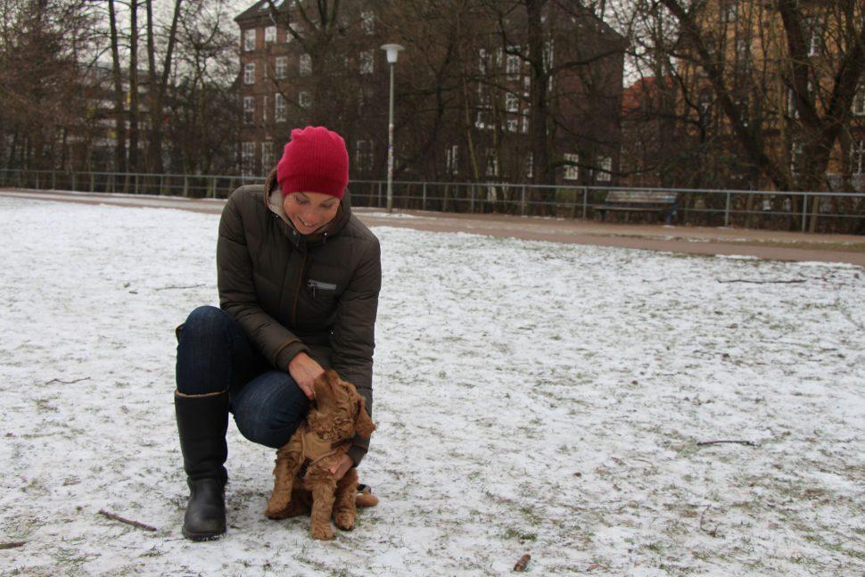 """Auch Katharina hält nichts von der Leinenpflicht im Isebekpark: """"Ich finde es schade und möchte lieber, dass sich Hunde austoben und frei herumlaufen dürfen. Ich kenne als Alternativfläche nur die Alster und die ist mir zu weit weg."""" Sie ist der Meinung, dass gerade Hunde, die zur Hundeschule gegangen sind und gut erzogen sind, weiter frei laufen dürfen. """"Außerdem brauchen vor allem junge Hunde viel Platz zum Austoben"""", sagt sie weiter. Foto: Carolin Martz"""