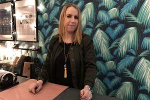 Allegra Rickauer in ihrem Laden in der Wrangelstraße. Foto: Carolin Martz