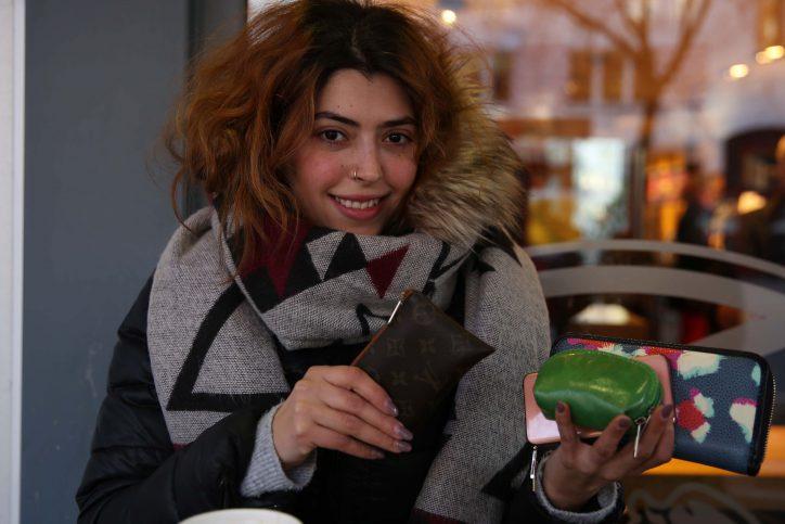 Jasmin zeigt, was sie hat - in ihrer Handtasche. Foto: Holger Vogel