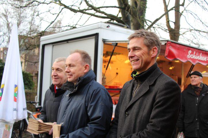 Kay Gätgens verteilt Biotüten in Niendorf