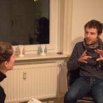 """Spieleerfinder Antoine erklärt Redakteurin Carolin Martz die Spielregeln seines Kartenspiels. """"Vor allem bei der Formulierung der Spielregeln hat meine Freundin mir sehr geholfen..ich bin ja Franzose."""" Foto: Karoline Gebhardt"""