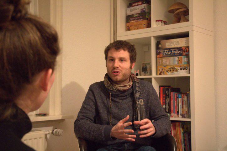 Auch in seiner Freizeit spielt Antoine gerne Spiele - am liebsten strategische Brettspiele. Im Hintergrund sieht man seine Spielesammlung. Foto: Karoline Gebhardt