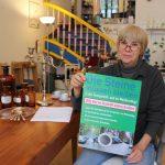"""Ingrid Weidle betreibt seit Jahren ihr Antiquitätengeschäft im Weidenstieg. Sie setzt sich stark für den Erhalt des historischen Straßenbelages ein. """"Heute Abend haben wir wieder ein Treffen mit der Nachbarschaft. Vor 10 Jahren haben wir schon einmal den Umbau verhindert und setzen uns auch weiterhin dafür ein."""" Die Plakate der Bürgerinitiative hätten sie bereits in vielen Läden in der Straße aufgehängt, erklärt sie. Foto: Carolin Martz"""