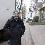 """David gefällt die Straße, wie sie ist. """"Als Radfahrer weiß ich, dass es sich auf Kopfsteinpflaster etwas unkomfortabel fährt"""", erzählt er. Die kurze Strecke sei aber jedem zumutbar. Foto: Carolin Martz"""