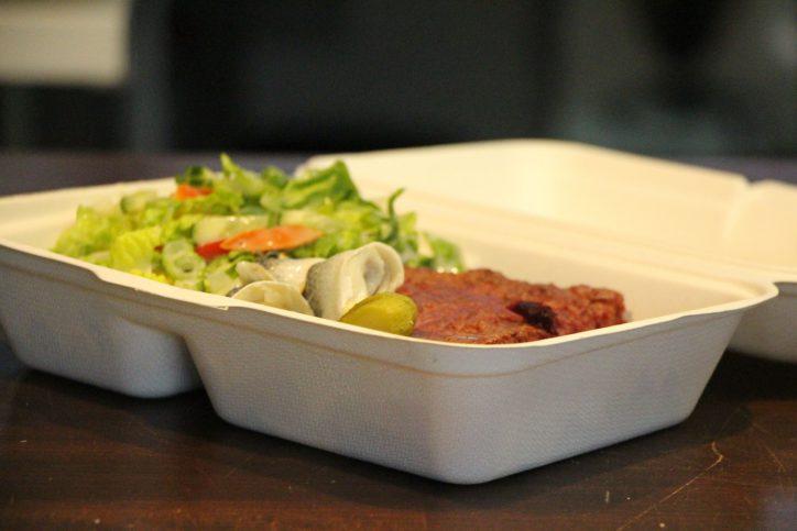 Salat, Rollmöpse und zum Nachtisch ein Stück Kuchen für 3,45 €. Ein Beispiel einer Box im Café Philo. Foto: Karoline Gebhardt