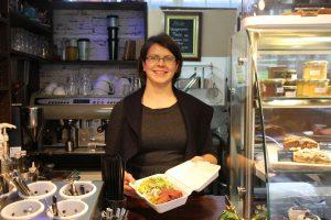 Anja Merten zeigt, wie eine Box aus ihrem Café in der Grindelallee aussehen könnte. Foto: Karoline Gebhardt