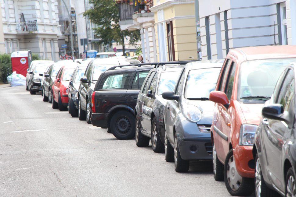 Ein Problem, das jeder Eimsbütteler kennt: Die leidige Parkplatzsuche. Foto: Matthias Berger