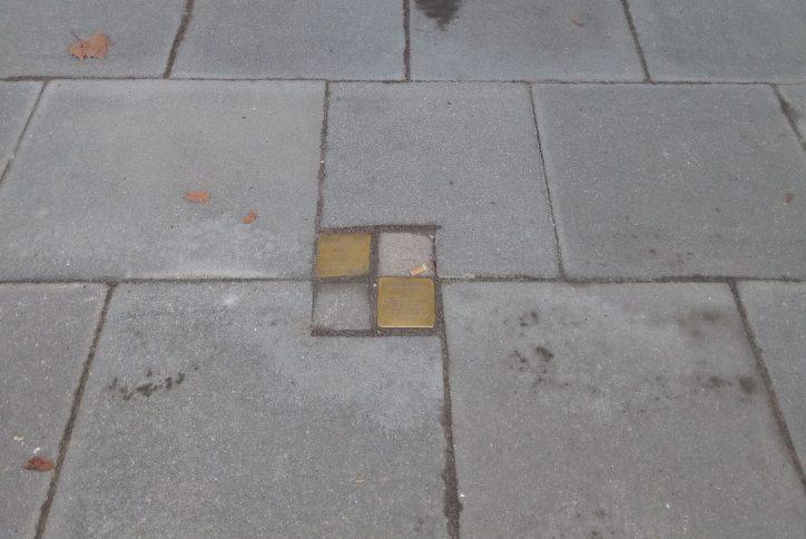Auch am Schulweg 36 setzte die zuständige Baufirma die Stolpersteine laut LSBG nur vorrübergehend vereinfacht ein. Foto: Peter Gutzeit