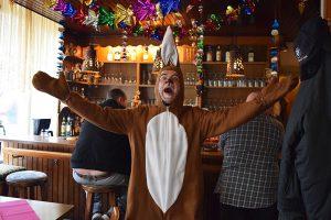 Helau, ruft der Hase aus und schmeißt eher leckere denn olle Kamelle. Foto: Eimsbütteler Nachrichten