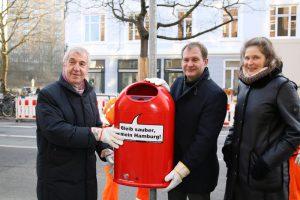 Umweltsenator Jens Kerstan stellt zusammen mit Anwohnerin Stella Kähler den 500. Papierkorb in der Schlankreye auf. Foto: Jan Dube