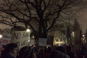 """""""Anti Trump"""" Demonstration vor der Amerikanischen Botschaft an der Alster in Hamburg. Foto: Nina Rohloff"""