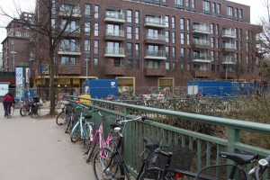 Auch die Hoheluftbrücke wird als Fahrradständer benutzt. Foto: Karoline Gebhardt