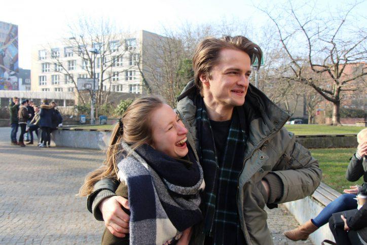"""Marlene und Jan geben sich spontan als Pärchen aus. Etwas Besonderes haben sie aber nicht geplant. """"Am Valentinstag ist die Blumenauswahl einfach viel besser"""", lacht Jan. Marlenes Kommentar dazu: """"Nur Kommerz!"""" Foto: Carolin Martz"""