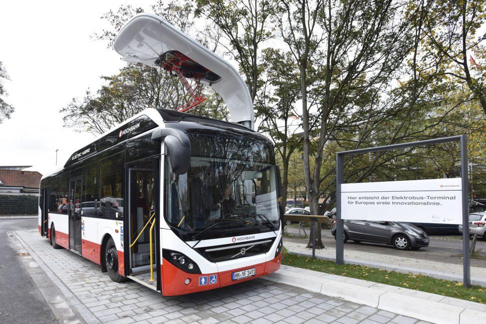 Ein emissionsfreier Volvo Plug-In-Bus wird aufgeladen. Foto: Hochbahn