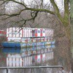 So ein Theater: Das noch unrenovierte HoheLuftschiff dümpelt friedlich im Kanal. Foto: Harald H. Haase