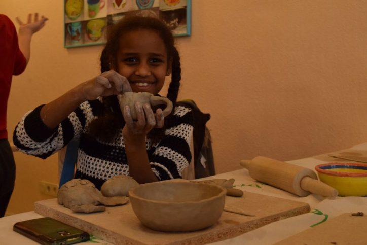 Ein Töpferkurs für die Kinder vom SOS Kinderdorf. Foto: Johanna Hänsel