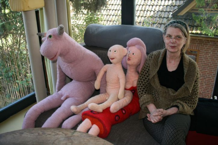 """Die """"Heilige Familie"""" und ihre Schöpferin Sigrid Timm. Foto: Anja von Bihl"""