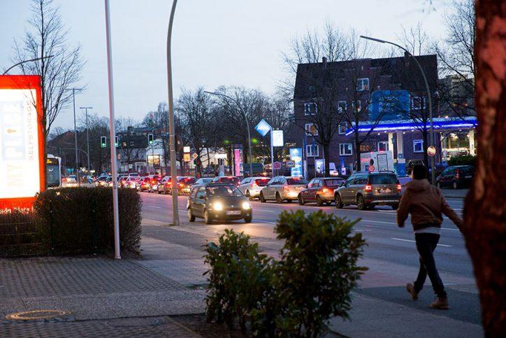 Dämmerungsimpressionen von der Kieler Straße an der Ecke zum Langenfelder Damm. Foto: Harald H. Haase