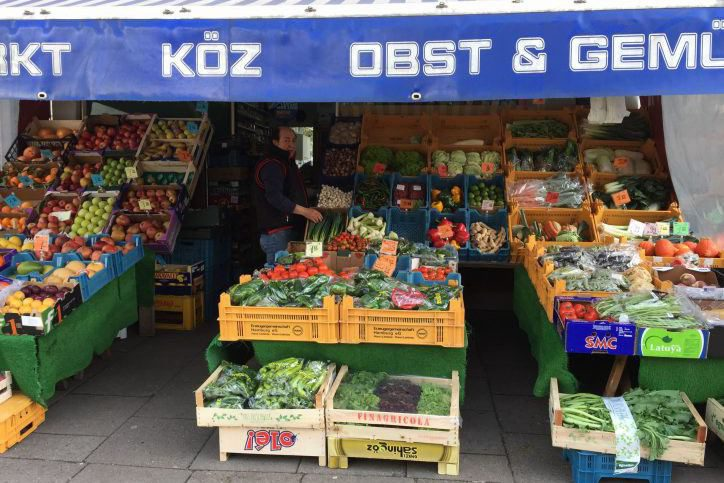 Erol Köz in seinem Geschäft in der Methfesselstraße. Foto: Leon Battran