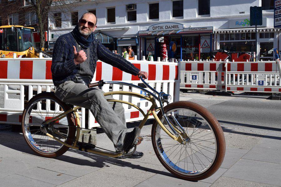 Sascha Falk cruist mit seinem selbstdesignten Shopperfahrrad die Osterstraße entlang. Foto: Leon Battran