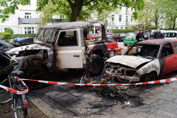 Gestern Nacht brannten in der Löwenstraße zwei Autos. Foto: Max Gilbert