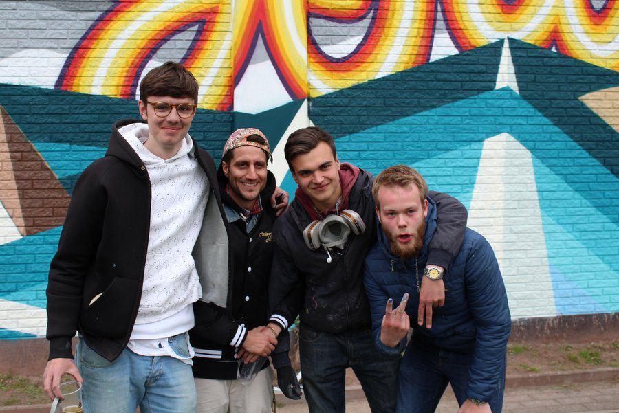 Die Graffiti-Künstler posieren vor ihrem Werk: Albert Dietrich (19), Michael Fritz von der Initiative Viva con Agua, Onno Delius (19) und Lasse Bork (18). Foto: Leon Battran
