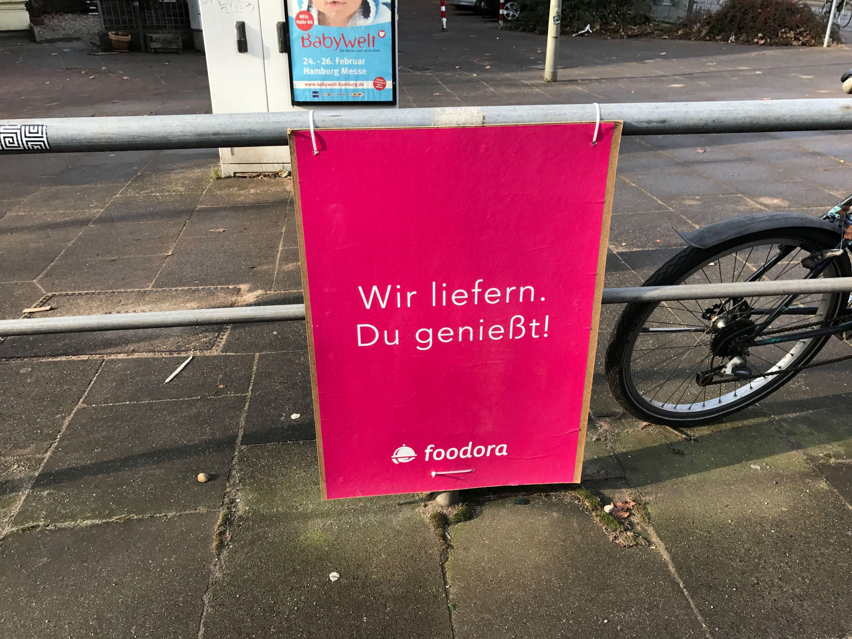 Überall in Eimsbüttel: Die pinken Foodora-Plakate. Foto: Carolin Martz