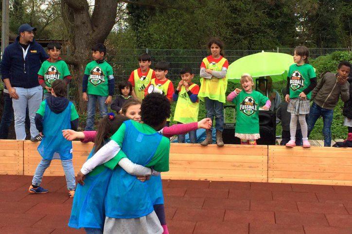 """Die Kinder aus dem Team """"Frieden"""" freuen sich. Foto: Leon Battran"""