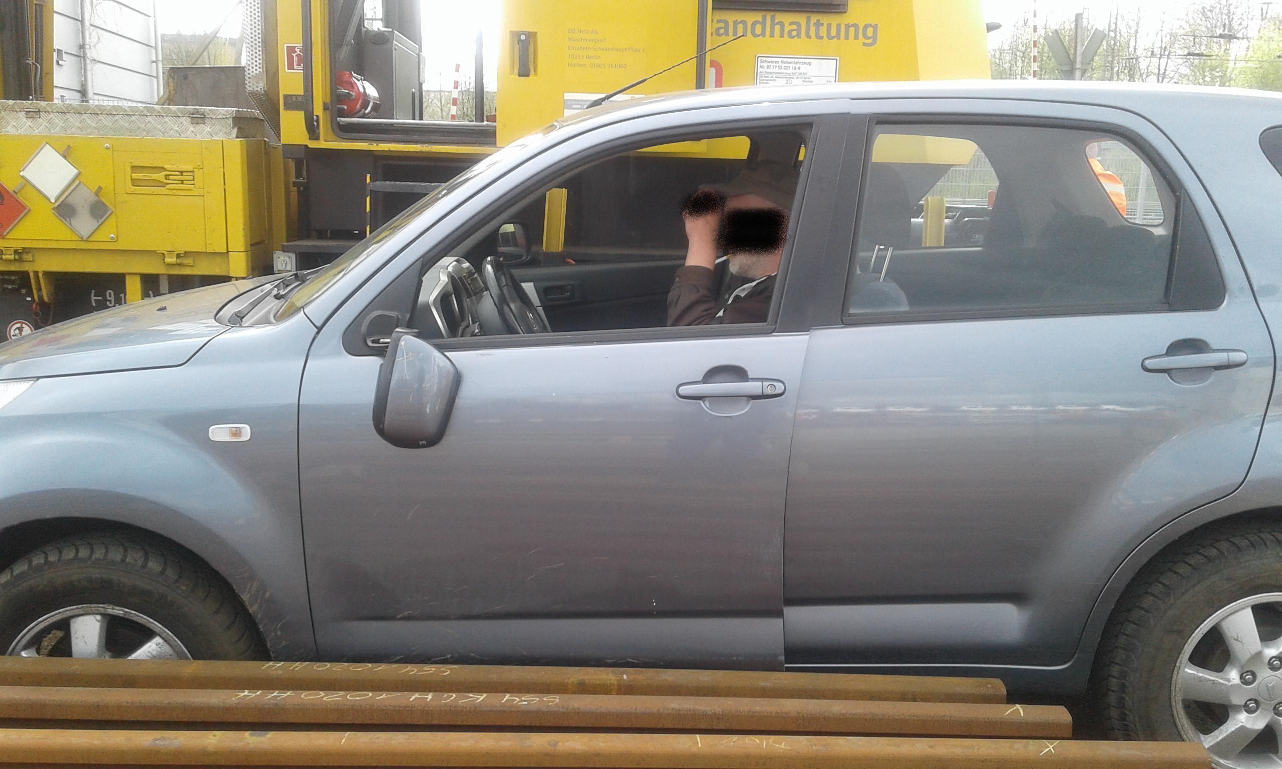 Kuriose Szene: Polizisten finden den festgefahrenen PKW samt Fahrer vor. Foto: Bundespolizei