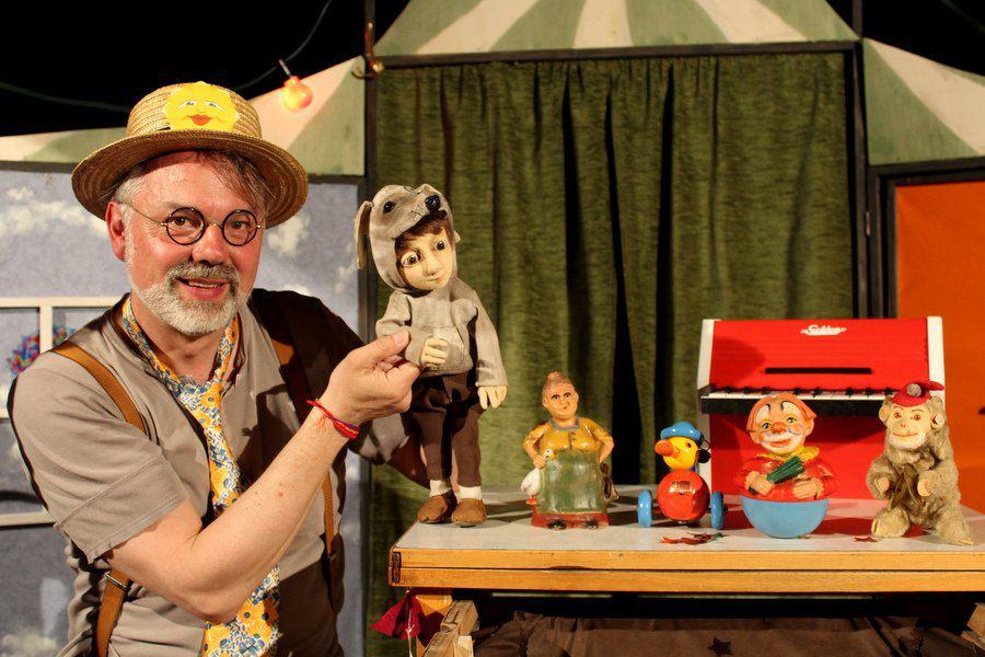 """Puppenspieler Christian Kruse mit seinem """"Ensemble"""" aus dem Kinderstück """"Antonio und Pino"""". Foto: Leon Battran"""