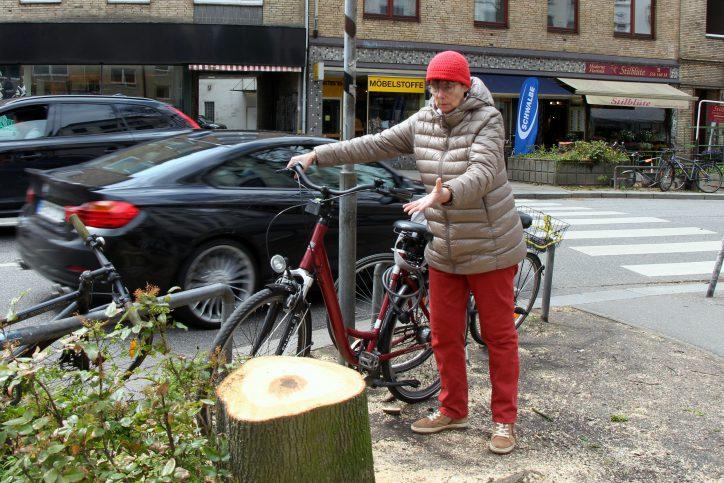 """Frau Hellner lebt seit 40 Jahren in Eimsbüttel und ist fassungslos über die Rodung der Bäume.""""Die Osterstraße hat schon so viel verloren durch den Umbau, jetzt nicht noch hier"""". Foto: Alisa Pflug"""
