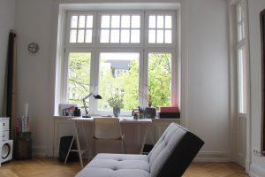 Arbeitsplatz am Fenster. Foto: Alisa Pflug