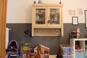 Alter Küchenschrank im Kinderzimmer. Foto: Alisa Pflug