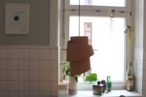 Eine besondere Lampe aus Leder über dem Küchentisch. Foto: Alisa Pflug